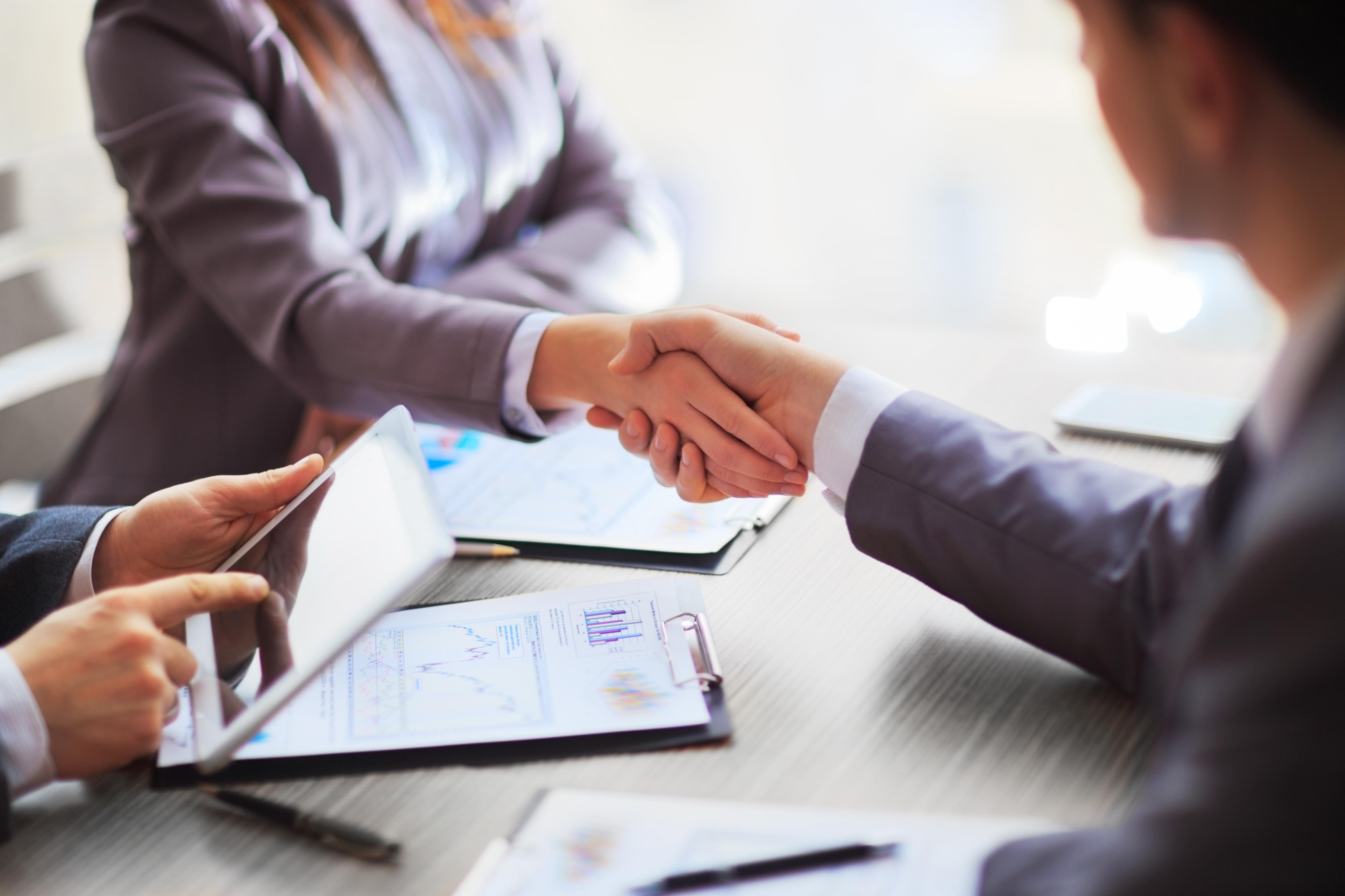 Das Bild zeigt drei Personen, wovon sich zwei die Hände reichen. Dies soll die erfolgreiche Beratung als Leistung der LTH Gruppe symbolisieren.