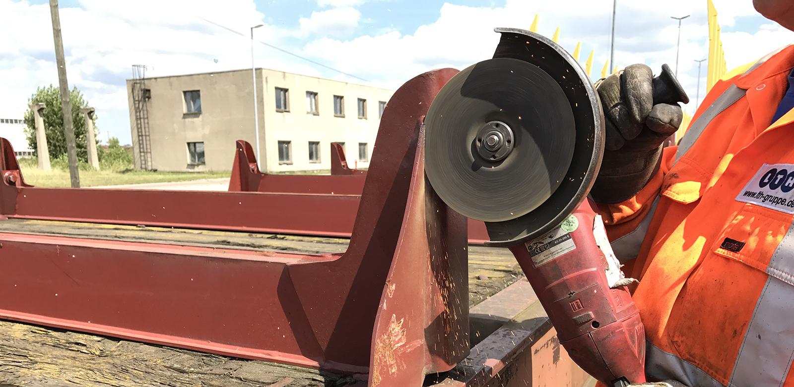 Leistungen Waggonwerkstatt - Hier wird eine Leistung der LTH Waggonwerkstatt GmbH dargestellt, nämlich die Demontage von Rungen durch Abfräsung. Rungen sind Streben an der Ladefläche zur Abstützung der Ladung bei Güterwagen.